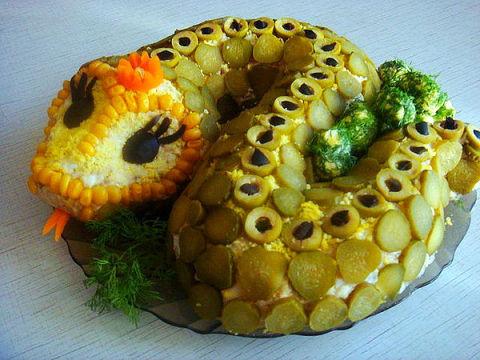 новогодний салат в форме змеи