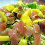 лососевый салат с манго