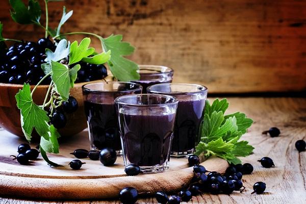 vino-iz-chernoj-smorodiny-v-domashnih-usloviyah